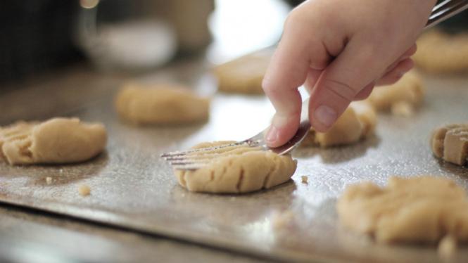Ilustrasi anak memasak.