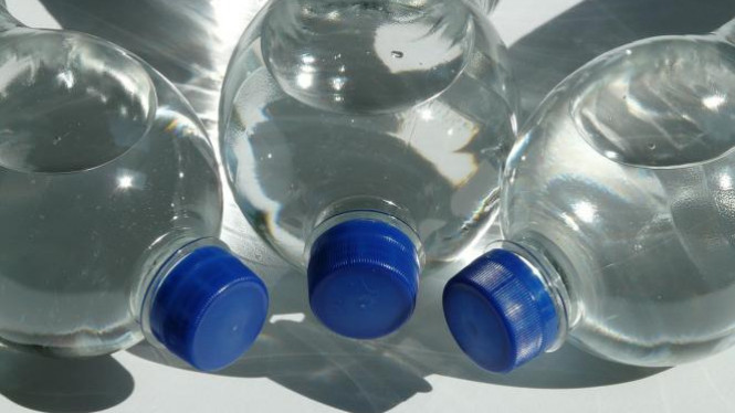 Ilustrasi botol plastik.