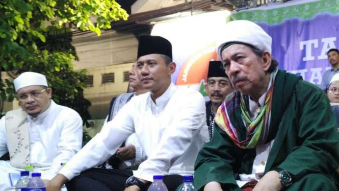 Bakal calon gubernur DKI Jakarta, Agus Harimurti Yudhoyono (tengah), mengikuti Tablig Akbar bersama Jaringan Santri Indonesia, di kawasan Senen, Jakarta Pusat, pada Kamis malam, 20 Oktober 2016.