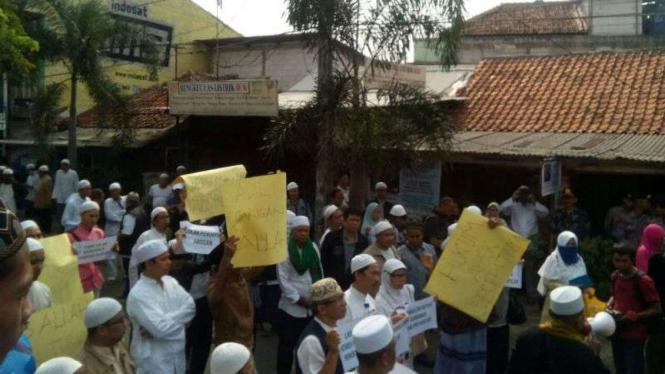 Sejumlah warga Tebet menolak kedatangan Gubernur DKI Basuki Tjahaja Purnama