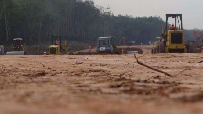 Pekerja sedang mengerjakan proyek jalan tol Trans Sumatera