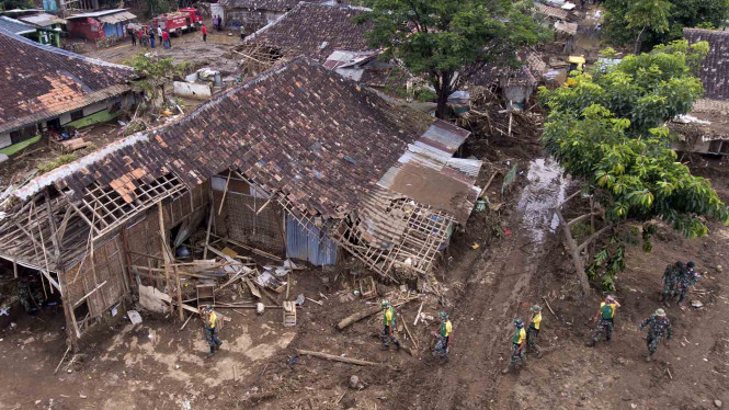 Petugas TNI mencari korban bencana banjir bandang di Garut, Jawa Barat. Foto: ANTARA/Wahyu Putro A