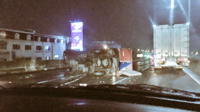 Kecelakaan truk di Tol JORR KM37.