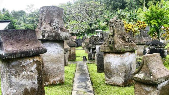 Waruga, kuburan tua Suku Minahasa, di Desa Sawangan, Minahasa Utara, Sulawesi Utara.