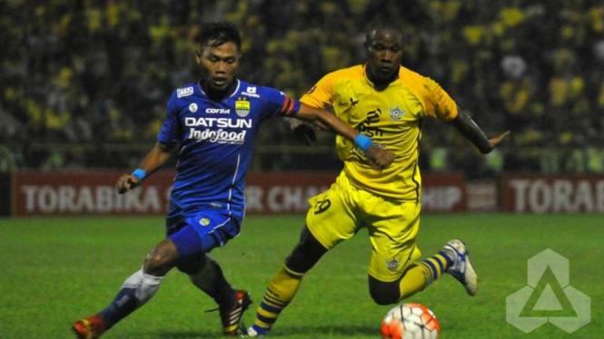 Pemain Persib Bandung, Toni Sucipto, saat hadapi Persegres Gresik United
