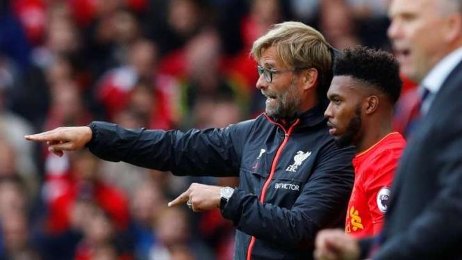 Manajer Liverpool, Juergen Klopp, bersama Daniel Sturridge