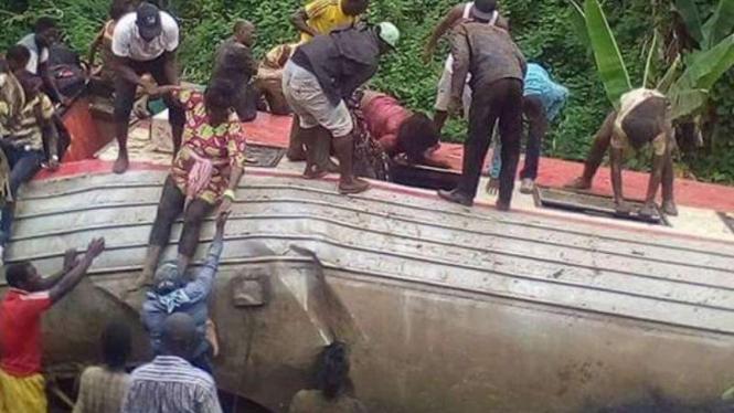 Upaya penyelamatan korban kereta anjlok di Kamerun, 20 Oktober 2016.