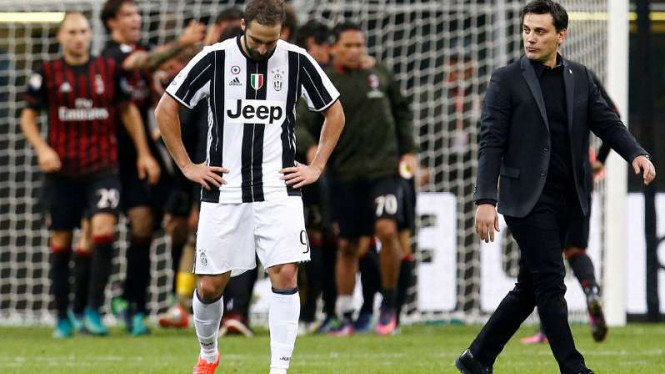 Pemain Juventus Gonzalo Higuain tertunduk setelah dikalahkan AC Milan