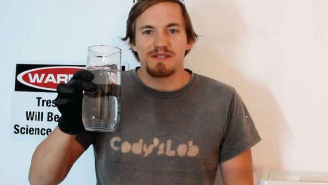 Youtuber Cody Don nekat minum sianida
