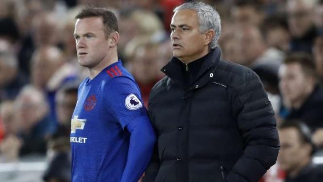 Wayne Rooney (kiri) dan Jose Mourinho.