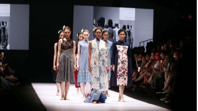 Pagelaran busana Iwet Ramadahan di Jakarta Fashion Week