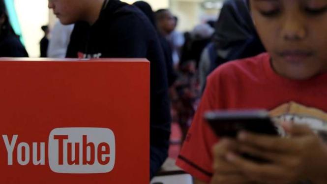 Menonton YouTube sambil bermain gawai (gadget).