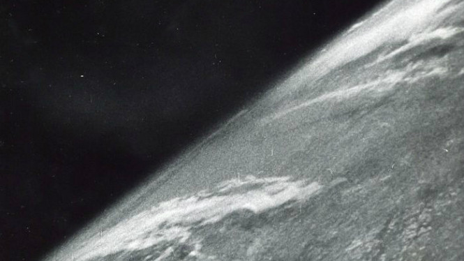 Foto pertama dari antariksa