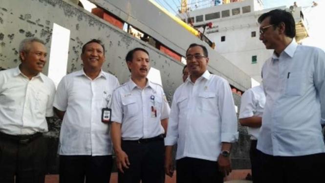 Menteri Perhubungan Budi Karya Sumadi melepas kapal tol laut ke Natuna (Kedua dari kanan)