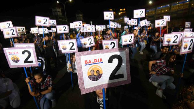 Tim pendukung pasangan Ahok-Djarot menunjukkan nomor dua sebagai nomor urut pasangan calon gubernur dan wakil pilihan mereka untuk Pilkada DKI 2017.