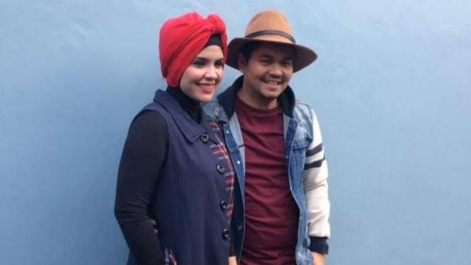 Indra Bekti dan istri.