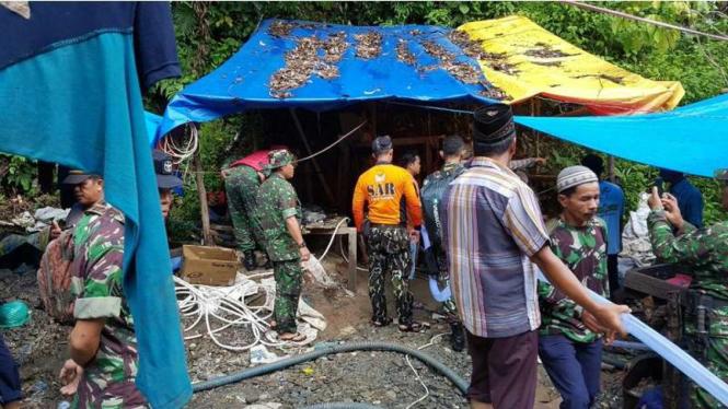 TNI, personel kepolisian serta sejumlah warga terlibat dalam proses evakuasi sebelas pekerja tambang emas yang tertimbun longsor di Kabupaten Merangin Jambi, Selasa (25/10/2016)