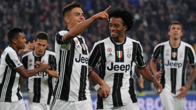 Para pemain Juventus merayakan gol Paulo Dybala (ketiga dari kiri)