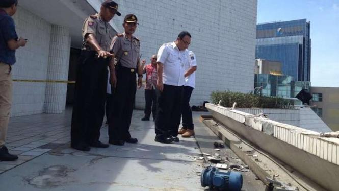 Polisi memeriksa lokasi jatuhnya gondola di Gedung Intiland, Sudirman, Jakarta.