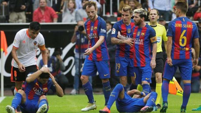 Insiden pelemparan botol fans Valencia dalam laga kontra Barcelona.