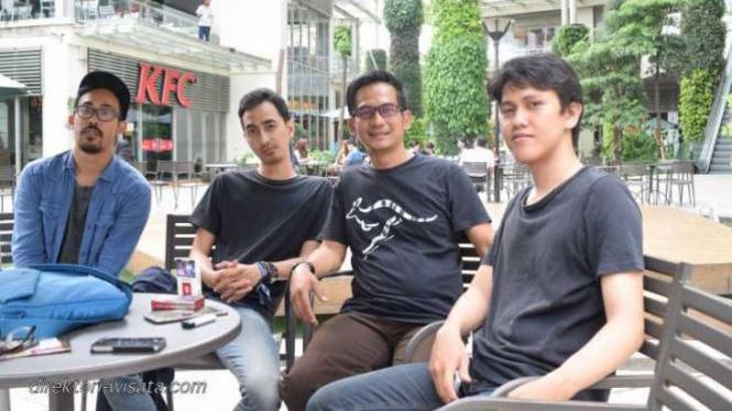 Bersantai di di Galaxy Park Bekasi.