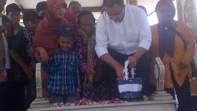 Calon gubernur DKI Jakarta, Anies Baswedan, berziarah ke makam Panglima Besar Sudirman di Taman Makam Pahlawan Kusumanegara, Yogyakarta, pada Kamis, 27 Oktober 2016.