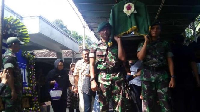 Personel TNI mengantar jenazah Moch Sidik, ayah Menteri Luar Negeri, Retno Marsudi, ke pemakaman di Semarang, Jawa Tengah, pada Kamis, 27 Oktober 2016.
