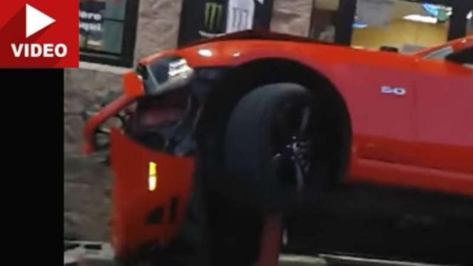 Ford Mustang GT yang mengalami kecelakaan.