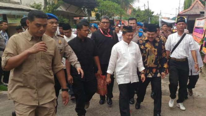 Kapolri Jenderal Tito Karnavian bersiap menyolati jenazah ayahnya di masjid.