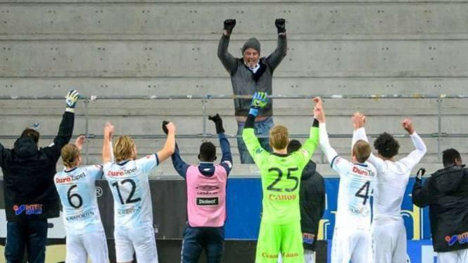 Pemain Gefle merayakan kemenangan bersama satu orang fans.
