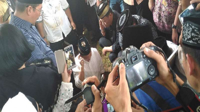 Kapolri Jenderal Tito Karnavian mengazankan jenazah ayahnya di liang lahat