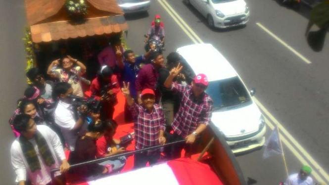 Ahok-Djarot saat pawai kampanye damai di Monas, Jakarta.