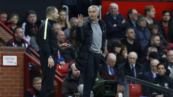 Bos Manchester United, Jose Mourinho, berdebat dengan ofisial pertandingan.