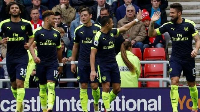 Para pemain Arsenal merayakan gol Olivier Giroud (paling kanan)