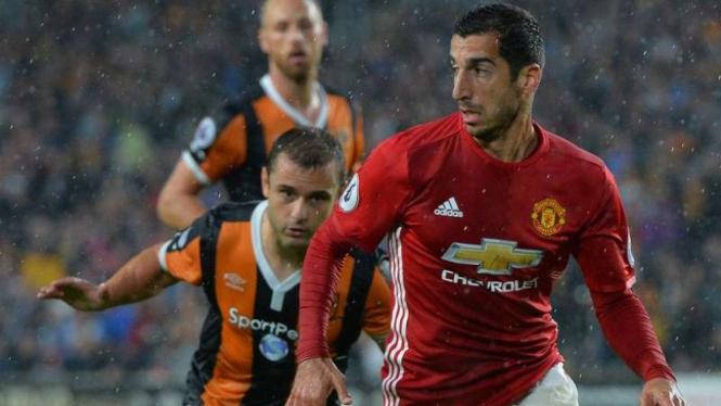 Gelandang Manchester United, Henrikh Mkhitaryan (kanan)