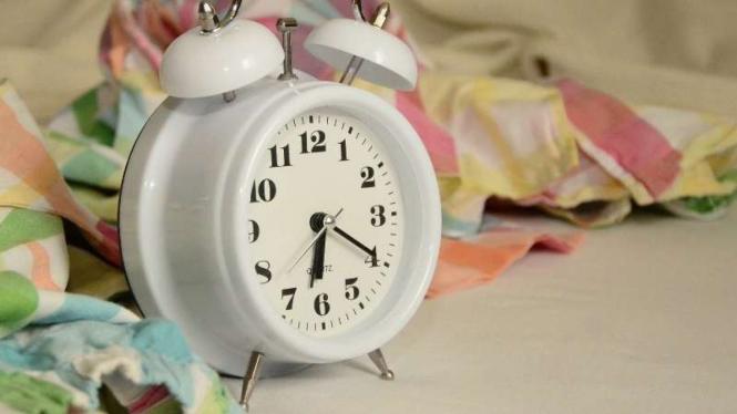 Ilustrasi alarm dan bangun pagi.