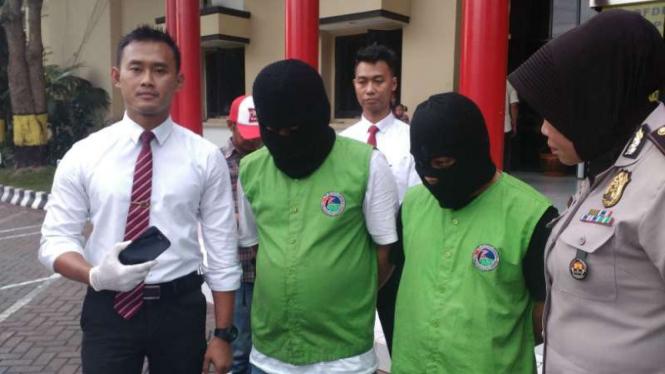 Polisi menunjukkan seorang pengacara Taat Pribadi alias Dimas Kanjeng yang ditangkap karena kedapatan menyimpan sabu-sabu di Surabaya, pada Senin, 31 Oktober 2016.