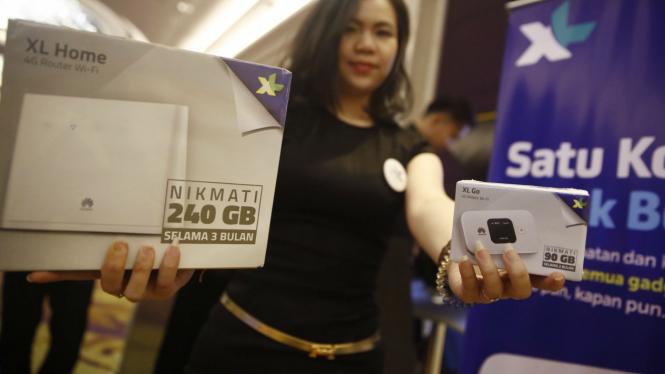 Sales promotion girl menunjukkan paket data XL