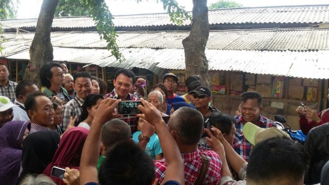 Calon Gubernur DKI petahana 'blusukan' ke Pasar Serdang, Selasa, (01/11).