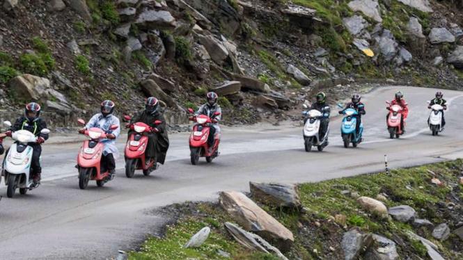Rombongan wanita pengendara skutik menjelajahi Himalaya.