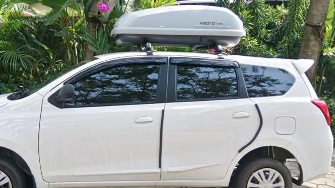 Datsun pakai roof box.