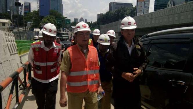 Kepala Kejati DKI Sudung Situmorang tinjau proyek jalan layang TransJakarta.