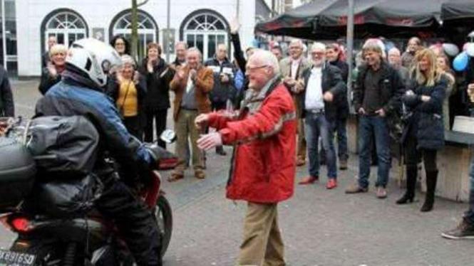 Gerard saat disambut keluarganya di Belanda.