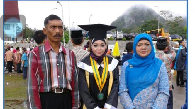 Wisuda, Rina bersama kedua orangtua.