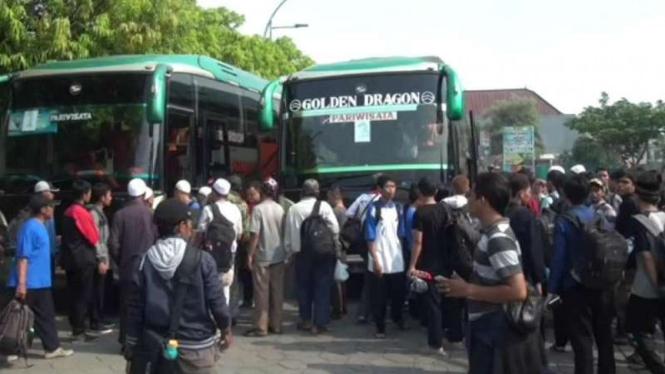 Warga Jawa Timur bersiap ke Jakarta untuk ikut demo damai 4 November