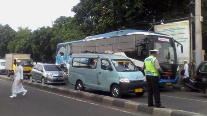 Bus yang disiapkan FPI di Petamburan untuk angkut massa demo