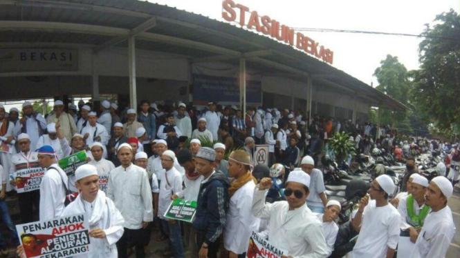Massa Demo 4 November Orasi di Stasiun Bekasi