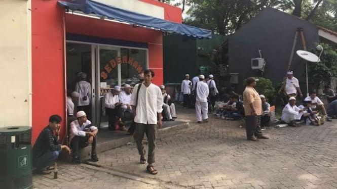 Masyarakat mendatangi warung Padang.