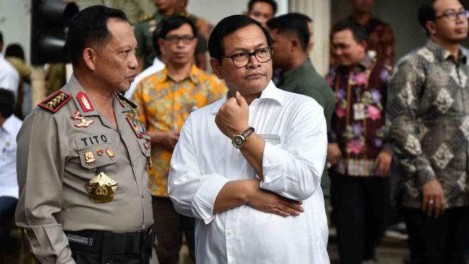 Kapolri (kiri) berbincang dengan SesKab Pramono Anung (kanan).