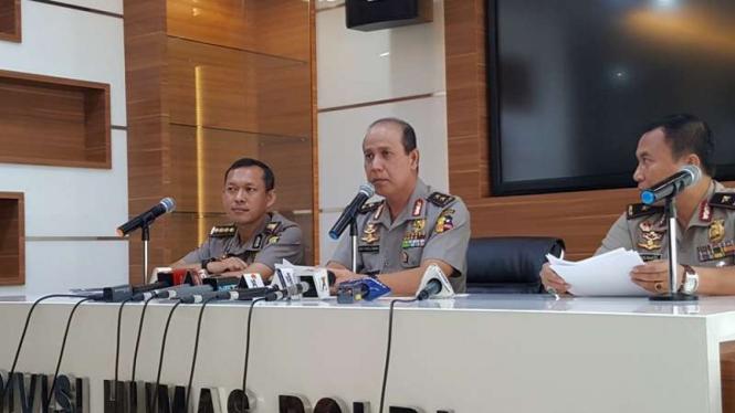 Kepala Divisi Hubungan Masyarakat Mabes Polri, Inspektur Jenderal Polisi Boy Rafli Amar (tengah).